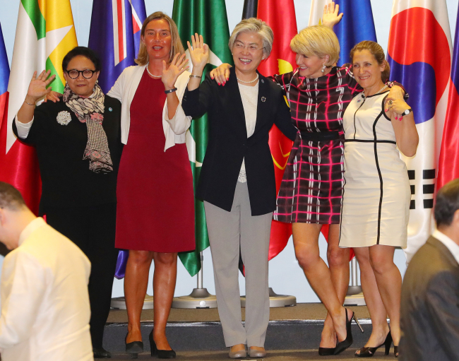 Foreign Minister Kang Kyung-wha, center, poses for pictures at the ASEAN Regional Forum in Singapore on Saturday. (Yonhap)