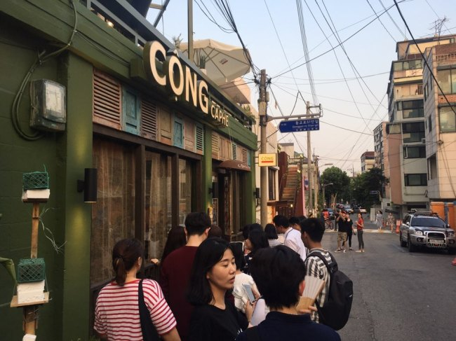 On Friday evening, a long line formed in front of Cong Caphe (Im Eun-byel / The Korea Herald)