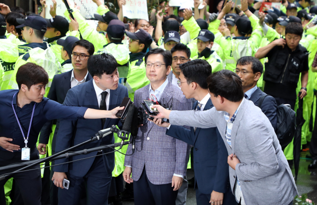 Gov. Kim Kyoung-soo appears for questioning by special prosecutors on Monday. (Yonhap)