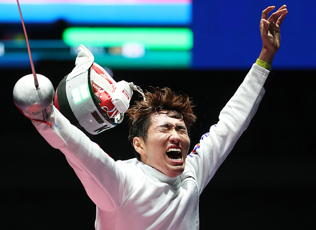 South Korean fencer Park Sang-young reacts after winning the final of the men`s epee event against Geza Imre of Hungary at the Carioca Arena 3 in Rio de Janeiro on Aug. 9, 2016. (Yonhap)