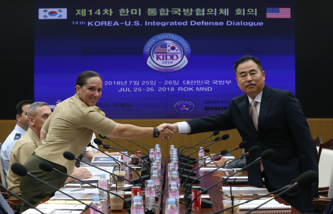 This photo, taken July 25, shows Deputy Minister for National Defense Policy, Yeo Suk-joo (R), shaking hands with Roberta Shea, acting deputy assistant secretary of defense at the 14th Korea-US Integrated Defense Dialogue in Seoul. (Yonhap)