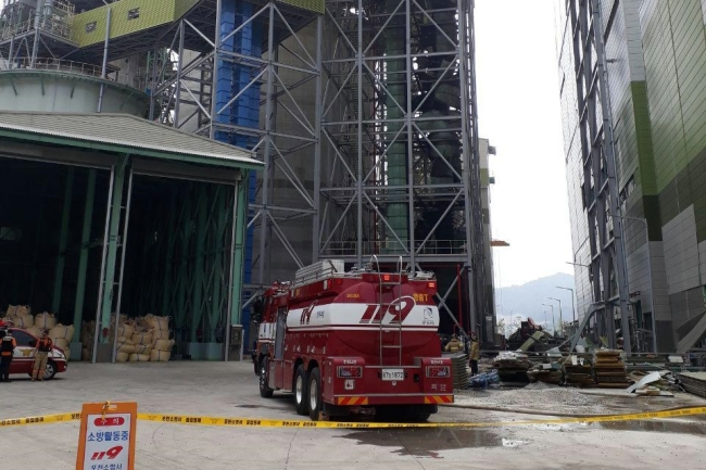A fire truck arrives at a coal-fired power station in Pocheon, northeast of Seoul, on Aug. 8, following an explosion that killed one worker and injured four others. (Yonhap)