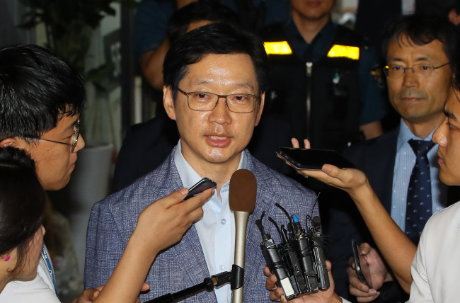 South Gyeongsang Province Gov. Kim Kyoung-soo speaks to reporters after being questioned by the special counsel in the early hours of Tuesday. Yonhap