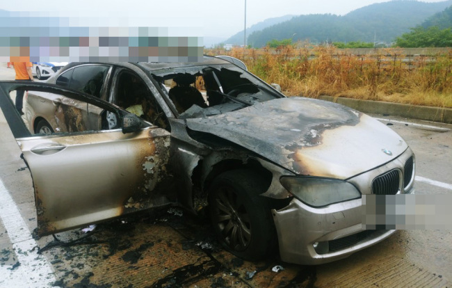 BMW 730Ld that caught fire onThursday morning wasmanufactured in 2011, notsubject for the carmaker's recall.(Yonhap)