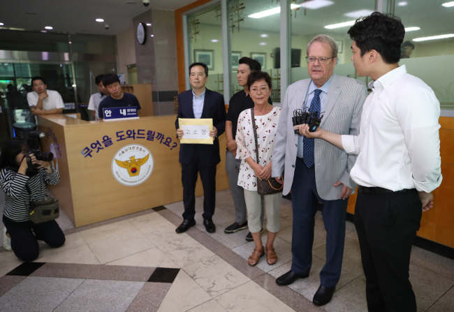 Tom Dahl-Hansen, one of plaintiffs who lodged a complaint against BMW executives, speaks to Korean reporters, at Namdaemun Police Station in Seoul, Thursday.(Yonhap)