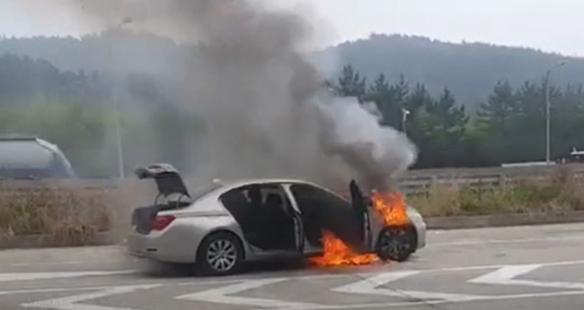 A BMW 730Ld is engulfed in flames in Sacheon, South Gyeongsang Province, Thursday. (Yonhap)