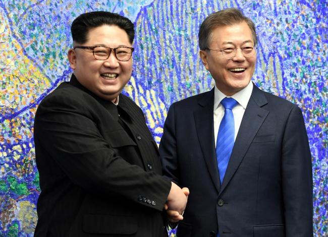 North Korean leader Kim Jong-un (left) and South Korean President Moon Jae-in (right). (Yonhap)