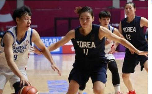 South Korean forward Lim Yung-hui (2nd from L) on the unified Korean women`s basketball team tries to guard Huang Pingjen of Chinese Taipei during a preliminary game at the 18th Asian Games at GBK Basketball Hall in Jakarta on Aug. 17, 2018. (Yonhap)