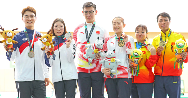 South Korean mixed pistol shooting team of Lee Dae-myung (first left) and Kim Min-jung (second left) won silver medal at the Asian Games on Sunday. (Yonhap)