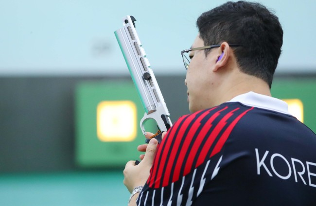 This file photo taken on Aug. 17, shows South Korean pistol shooter Jin Jong-oh training for the 18th Asian Games at a shooting training facility in Palembang, Indonesia. (Yonhap)
