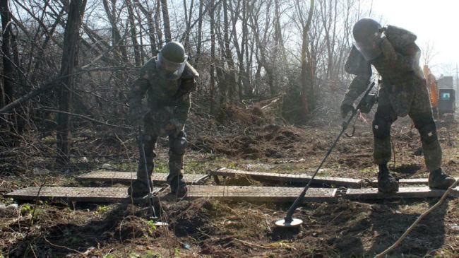 Soldiers clear landmines. (Yonhap)