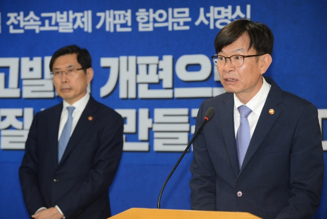 Fair Trade Commission Chairman Kim Sang-jo (right) andJustice Minister Park Sang-ki during a ceremony to sign an agreement on changes in the FTC's investigative power on Tuesday (FTC)