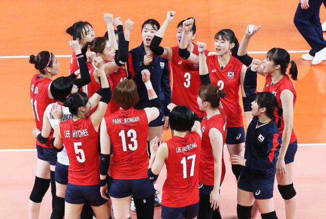 South Korean women's volleyball players celebrate a point against Kazakhstan during the teams' Pool B match at the 18th Asian Games at GBK Volleyball Indoor on Tuesday. (Yonhap)