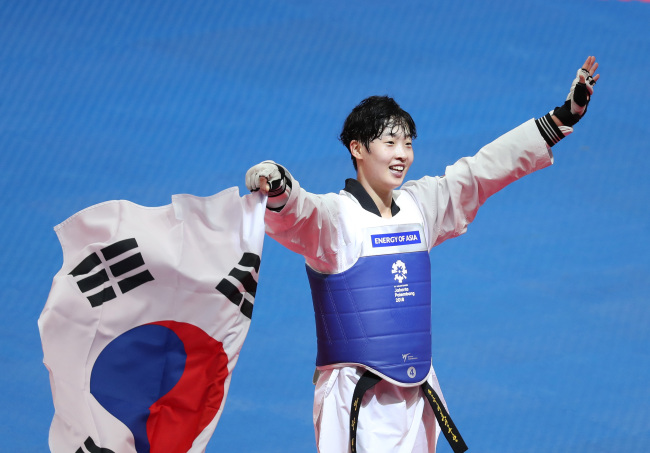 South Korean Taekwondo fighter Lee Da-bin on Tuesday celebrates her gold medal victory at the Asian Games in Jakarta. (Yonhap)