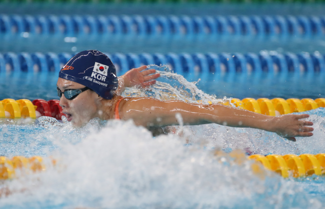 South Korean swimmer Kim Seo-yeong on Tuesday competes in the women's 400-meter medley. (Yonhap)