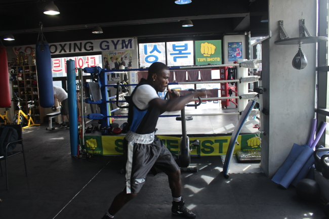 Kil Tae-san trains at the Doljumeok gym in Cheonan, South Chungcheong Province. (Yoon Min-sik/The Korea Herald)