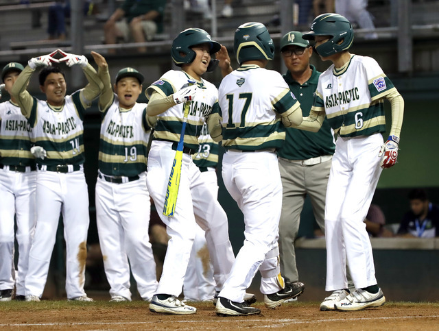 South Korea's Ji Hying Choi (17) is greeted by teammates Han Kyeol Kim (8) and Jae Hyeok Lee (6) after his his two-run home run off Japan pitcher Yuya Ito during the second inning of a baseball game at the Little League World Series in South Williamsport, Pa., Wednesday, Aug. 22, 2018. (AP)