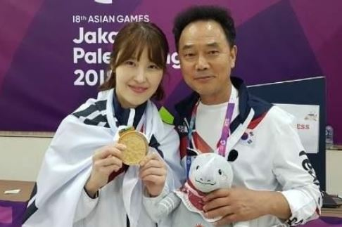 South Korean bowler Ryu Seo-yeon (L) holds up her gold medal from the women`s Team of Six event at the 18th Asian Games in Palembang, Indonesia, on Aug. 24, 2018. (Yonhap)