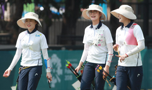 From left: South Korean recurve archers Chang Hye-jin, Lee Eun-gyeong and Kang Chae-young return to their lanes during a practice round at the 18th Asian Games at GBK Archery Field in Jakarta on Aug. 25, 2018. (Yonhap)