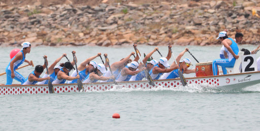 The unified Korean women`s canoeing team competes in women`s 200-meter dragon boat racing at the 18th Asian Games at the Jakabaring Rowing & Canoeing Regatta Course in Palembang, Indonesia, the co-host city of the Asian Games with Jakarta, on Aug. 25, 2018. (Yonhap)