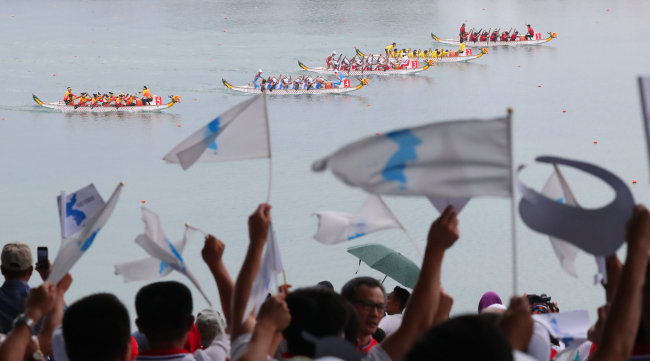 The unified Korean canoeing team competes in the women's 500-meter dragon boat racing competition at the 18th Asian Games at the Jakabaring Rowing & Canoeing Regatta Course in Palembang, Indonesia, the co-host city of the Asian Games with Jakarta, on Sunday. (Yonhap)