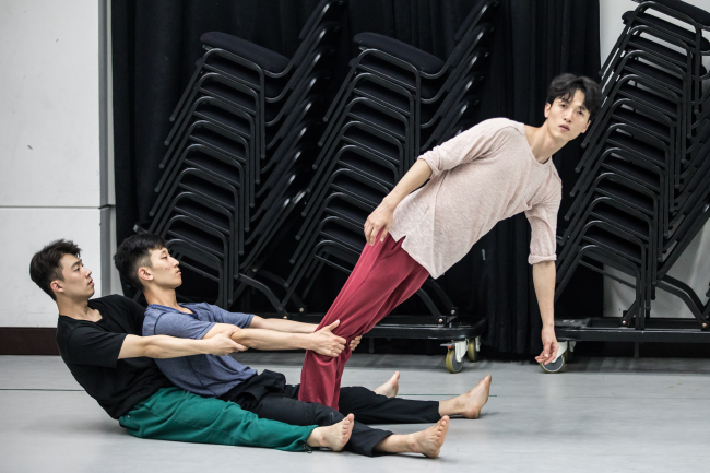 "Dancers rehearse Jeong Cheol-in's ""0g."" (KNCDC)"