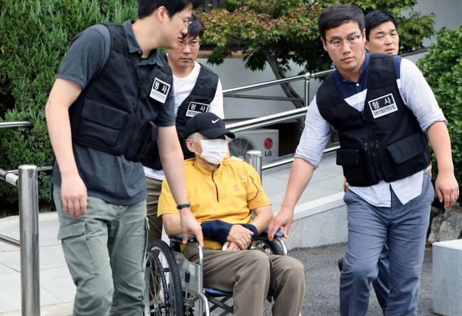 A 77-year-old man accused of killing two civil servants in Bonghwa, North Gyeongsang Province, arrives at Daegu District Court on Thursday. (Yonhap)
