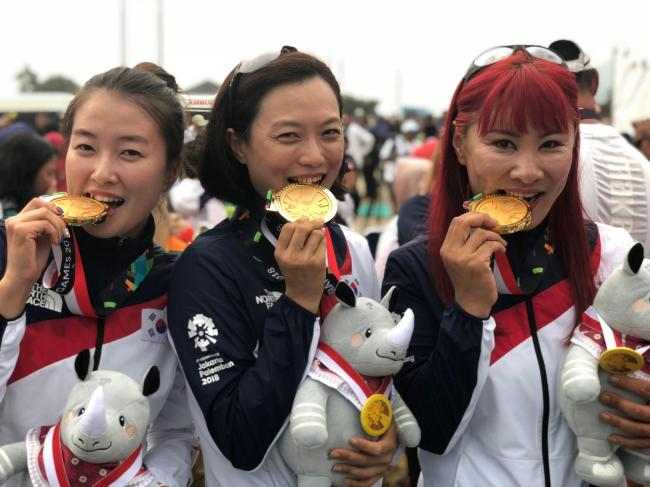 Lee Da-gyeom (left) Jang Woo-young (center) and Baek Jin-hee pose with their gold medals. Yonhap