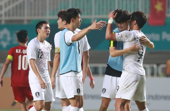 South Korean footballers celebrate after winning against Vietnam on Wednesday. Yonhap
