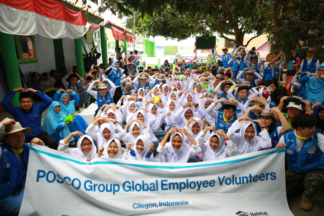 Posco's global volunteer group and residents of the Tegal Ratu village in Cilegon city, Indonesia, pose for a photo. (Posco)