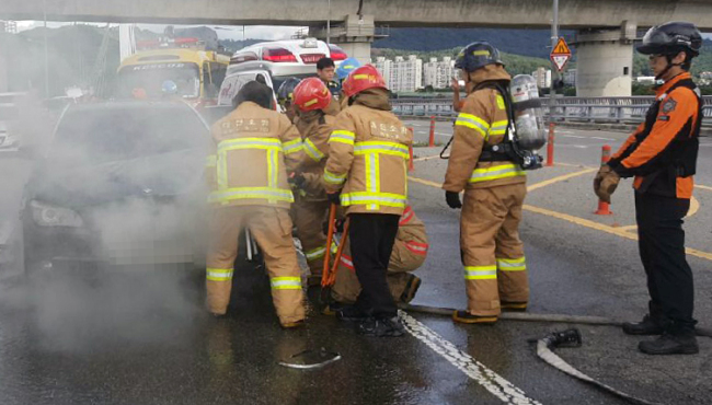 A BMW 750Li automobile caught fire at 3:58 p.m. in Daejeon, 160 kilometers south of Seoul on Thursday (Yonhap)