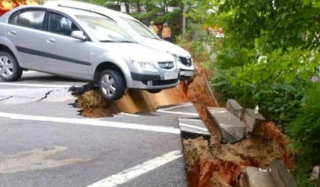 This photo provided by a fire agency shows a large sinkhole created in southeasern Seoul on Aug. 31. (Yonhap)