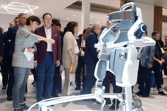 LG Electronics CEO Jo Seong-jin watches the CLOi SuitBot, wearable robot developed by the company at IFA 2018 in Berlin. (Yonhap)