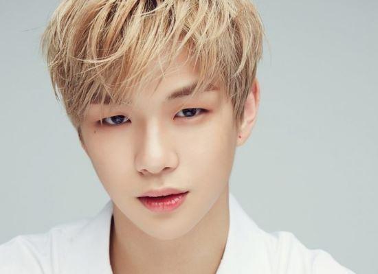 Singer Kang Daniel wearing makeup. (MMO Entertainment)