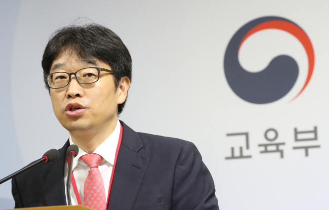 Lee Yong-woo, chief of the consultative panel for improved treatment of part-time lecturers . (Yonhap)