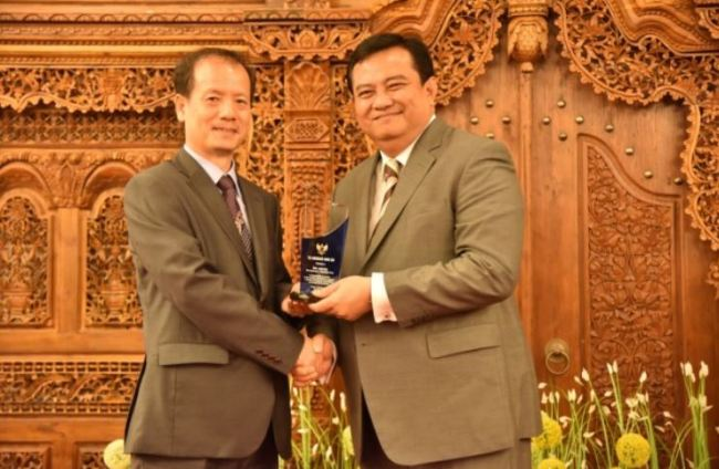 Indonesian Ambassador to Korea Umar Hadi (right) presents a plaque of appreciation to a Korean company representative at the embassy on Aug. 26. (Indonesian Embassy)