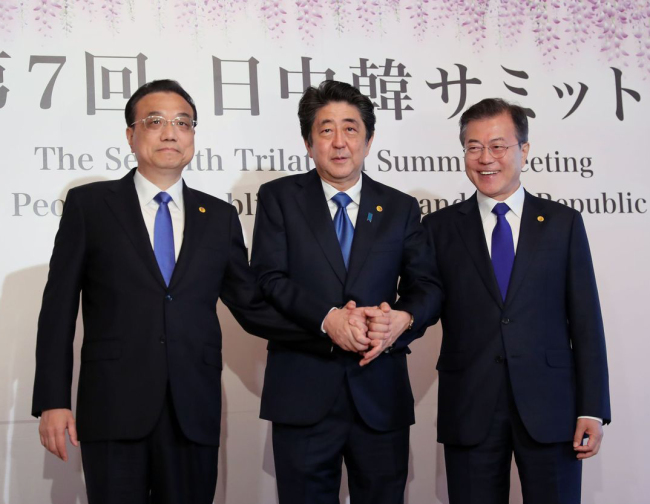 (From left) Chinese Premier Li Keqiang, Japanese Prime Minister Abe Shinzo and Korean President Moon Jae-in pose together at the 7th trilateral summit in Tokyo on May 9. (Yonhap)