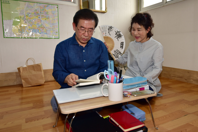 Seoul Mayor Park Won-soon (left)`s recent effort to understand the lives of the most vulnerable, by living in a rooftop dwelling (pictured) in Seoul`s impoverished neighborhood for a month, was seen by some as political exploitation of the plight of the poor. (Yonhap)