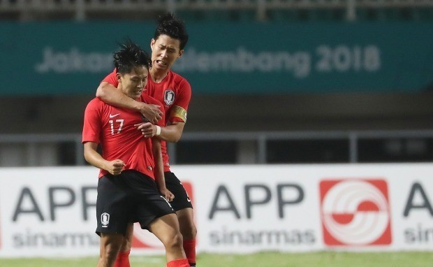 South Korea's Son Heung-min (#7) celebrates after winning Japan during the soccer men's gold medal match at the 18th Asian Games in Bogor, Indonesia, Saturday, Sept. 1. (Yonhap)