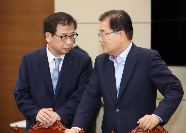 National Security Office chief Chung Eui-yong, right, and National Intelligence Service Director Suh Hoon. (Yonhap)