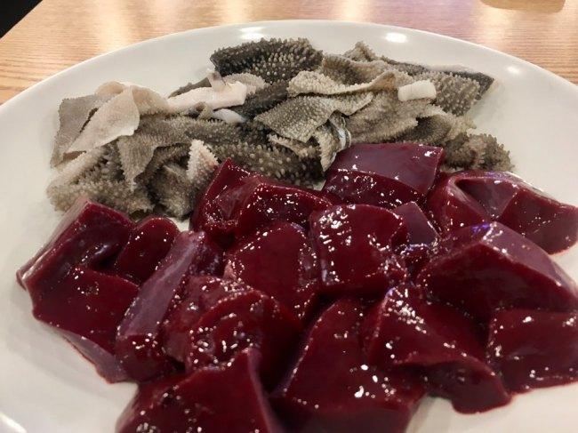 Raw cow liver and omasum (Im Eun-byel/The Korea Herald)