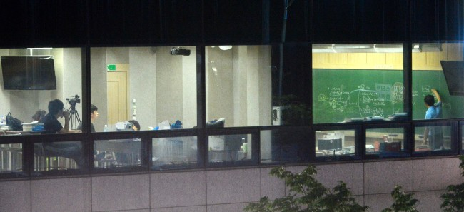 Students study late in to the night at Noryangjin, Seoul. (Park Hyun-koo/The Korea Herald)