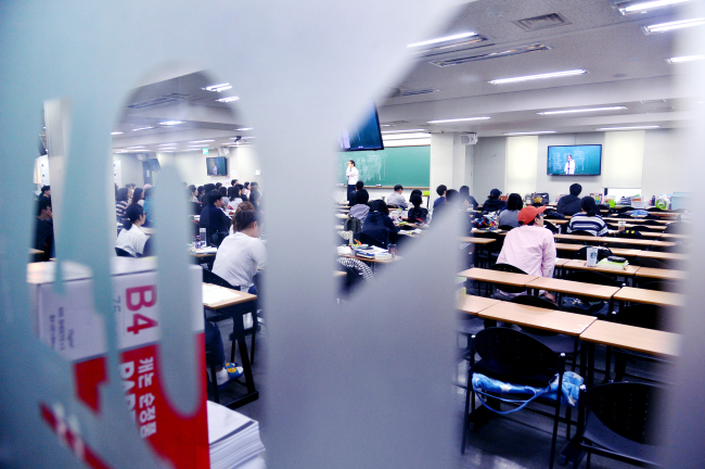 Students attend a lecture in a classroom at a private academy in Noryangjin. (Park Hyun-koo/The Korea Herald)