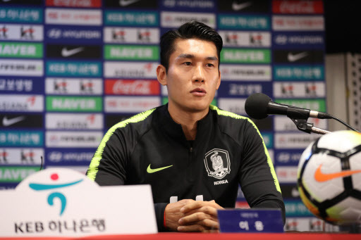 South Korea national football team defender Lee Yong speaks during a press conference at Goyang Stadium in Goyang, north of Seoul, on Sept. 6, 2018, one day ahead of South Korea`s friendly football match against Costa Rica. (Yonhap)