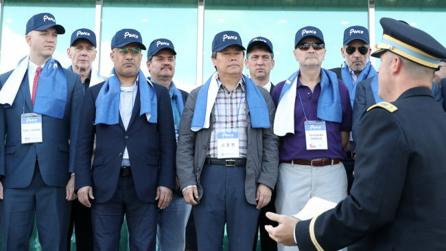 Culture Minister Do Jong-hwan leads a group of Seoul-based foreign diplomats on a visit to the Demilitarized Zone on Friday. (The Ministry of Culture, Sports and Tourism)
