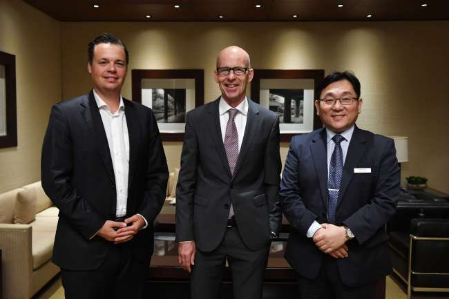 (From left) Michael Schattenmann, global head of storytelling and marketing at Hereaus Germany, Hans-Günter Ritter, executive vice president and global head of trading at Hereaus Germany, and Steve Jang, president of Hereaus Korea. (Hereaus Korea)