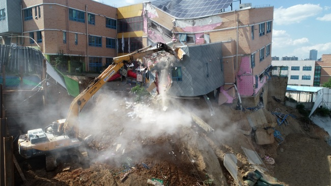 A kindergarten in Seoul`s Dongjak district is being demolished on Sunday after it began tilting earlier this week. (Yonhap)