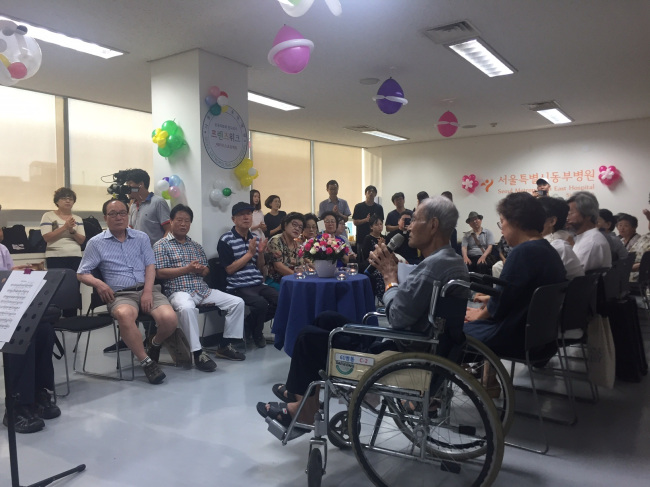 Kim Byung-guk (in wheelchair) speaks at his funeral at Seoul Metropolitan Dongbu Hospital on Aug. 14. (Claire Lee/ The Korea Herald)