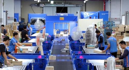 CJ Logistics staff sort parcels. (CJ Logistics)
