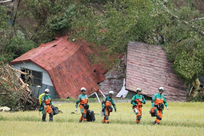 Rescue teams from Tokyo Police search for missing people in Astuma on September 9, 2018 after a 6.6-magnitude earthquake hit the northern Japanese island of Hokkaido on September 6. (Yonhap)